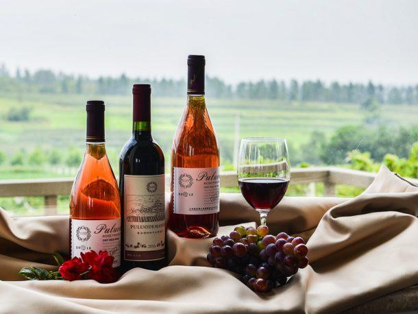 Produits régionaux, vins et paniers garnit
